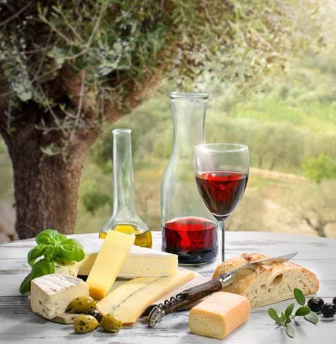 Französisches Picknick mit Käse, Wein, Brot und Oliven - Vino Culinario