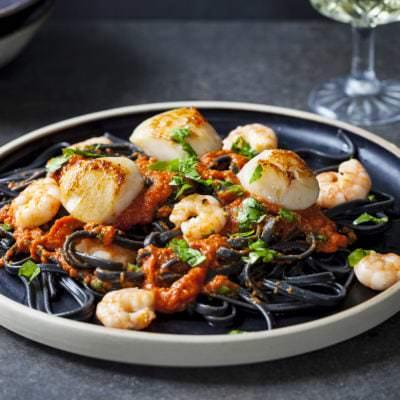 Schwarze Pasta mit Jakobsmuscheln und Garnelen - Vino Culinario